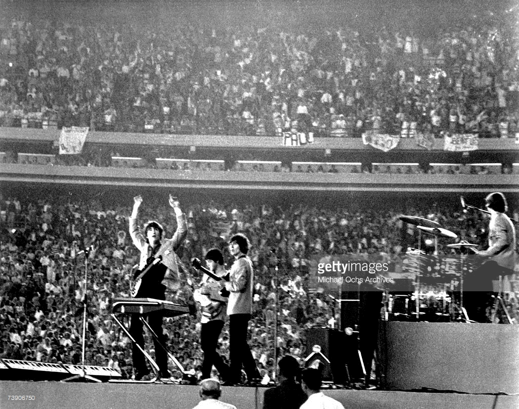 The Beatles perform at Shea Stadium, New York on 15th August 1965 - Crédits : Michael Ochs Archives