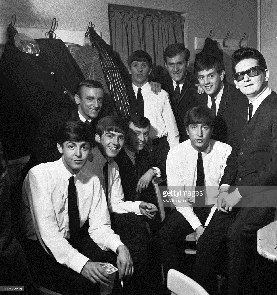 The Beatles pose with Roy Orbison and Gerry And The Pacemakers backstage in their dressing room during a UK tour, L-R: Paul McCartney, Freddie Marsden (behind), George Harrison, Gerry Marsden, Ringo Starr (back), Les Maguire (back), John Lennon, John Chadwick (back), Roy Orbison, 1 May 1963 Crédits : V&A Images