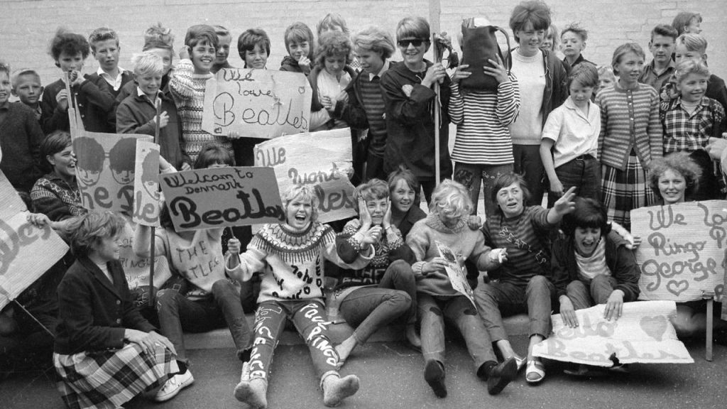 Photographe: Svend Aage Mortensen - Fans at the airport waiting for the Beatles to arrive to Denmark